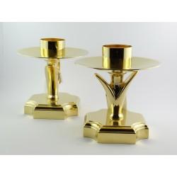 Candeliere da altare con piede lavorato realizzato in ottone dorato.